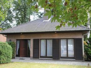 Zeer degelijk gebouwd landhuis met grote zolderverdieping, gelegen op 675m² grond! Gezellige woonkamer met een halfopen keuken, 3 slks., overdekt