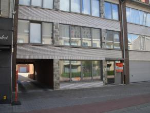 Recent gerenoveerd appartement op de gelijkvloerse verdieping met 2 slaapkamers, groot terras en garage.INDELING:- gemeenschappelijke inkomhal- privat