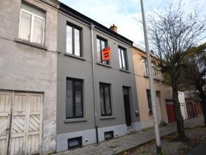 Zeer leuk en smaakvol gerenoveerd huisje met 1 slaapkamer in centrum Gent vlakbij Coupure. Samenstelling: Inkom, mooie living met open keuken en bergi