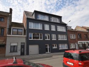 Appartement met 2 slaapkamers in een kleine residentie met slechts 7 appartementen. Dit appartement is gelegen op een derde verdieping en omvat: Inkom