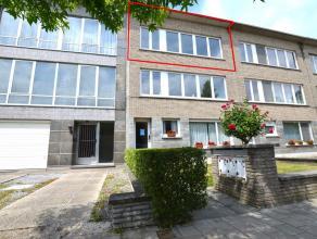 Prachtig gerenoveerd appartement in een klein gebouw met 3 app gelegen in een rustige straat te Berchem. Samenstelling: Inkom, vestiiaire, hangtoilet,