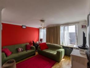 Appartement met 2 slaapkamers in een kleine residentie met slechts 5 appartementen. Dit appartement is gelegen op een derde verdieping en omvat: Inkom