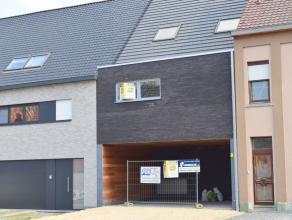 Dit modern nieuwbouwappartement (100m²) met 2 slaapkamers en TUIN is gunstig gelegen nabij het centrum van Geraardsbergen en heeft een vlotte ver