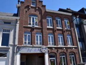 Dit praktisch ingedeeld appartement kan u vinden in een mooie herenwoning MET LIFT langs de Kaai. Winkels, stadsdiensten, scholen,horeca,... bevinden