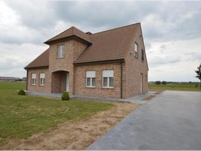 Dit uitzonderlijk vastgoedaanbod is gelegen te Wingene op een perceel van 1.230m². Er is een vlotte ontsluiting via de E40. Deze eigendom bestaat