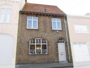 In het centrum van Diksmuide, op wandelafstand van de markt, vinden we deze ruime woning terug.De woning beschikt over een open leef & eetruimte m
