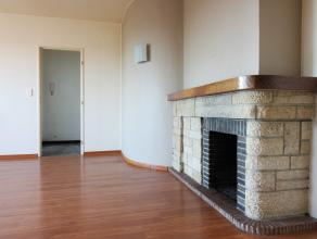 Contactez David pour une visite: 0488 09 18 87. L'appartement situé au 8ème étage dispose d'une grande terrasse sur un côt&