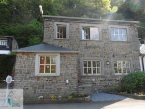 Charmante maison en pierre située dans le petit village de Tohogne (commune de Durbuy). Au rez-de-chaussée: hall d'entrée, living