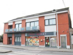 Description Immeuble de rapport composé d'un rez commercial (proxi-market, superficie: 93m²) et de 3 appartements (54/159m²/ 89m&sup2