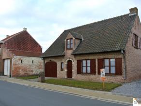 De zeer ruime woning omvat een woonkamer met openhaard en eetplaats. Afzonderlijke geïnstalleerde keuken met een ontbijthoek. Inkomhal met toilet