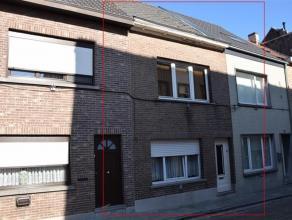 Te renoveren stadswoning op 80m² met kleine binnenkoer en dakterras.(nabij centrum Ninove, op wandelafstand van scholen, winkels, station,...)Bes