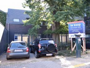 Gezellige en hedendaagse nieuwbouwwoning in hartje centrum (met twee autostaanplaatsen en terras)Samenstelling:Op het gelijkvloers, een inkomhal met t