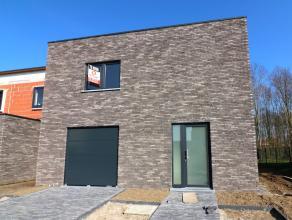Deze energiezuinige half-open nieuwbouwwoning is voorzien alle hedendaagse comfort en is uitgerust met vloerverwarming, waardoor u meer vrije muren he