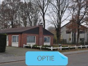 Zeer rustig gelegen woning op 6a50ca met drie slaapkamers. Deze bungalow bestaat uit een inkomhal, een bureel, een grote leefruimte met open haard, ee