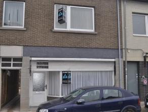 Deels te renoveren woning gelegen in het hartje van Lebbeke nabij handelszaken en school. Deze ruime woning omvat een eventuele winkelruimte, eetplaat