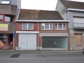 Charmante rijwoning gelegen in het centrum van Opwijk met garage en binnenkoer. Deze woning bestaat op het gelijkvloers uit een woonkamer met open (te