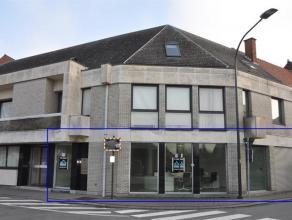 Handelsruimte gelegen in het centrum van Opwijk van 95m². Dit pand is apart toegankelijk van op de straat. Dit volledig op maat ingerichte kantoo