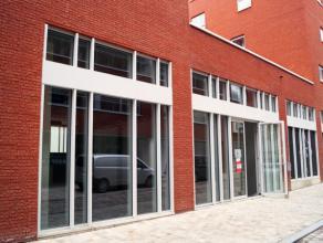Handelspand met 280 m² prachtige winkel of commerciële kantoorruimte te huur & koop in de Leuvense Vaartkom. Ideaal gelegen naast Bounce