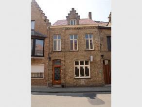 Deze ruime woning met zonnige koer en dakterras situeert zich in het centrum van Veurne. Woning omvat: GELIJKVLOERS : ruime inkom - living met aparte