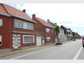 Deze, op te frissen, ruime woning situeert zich in hartje Ichtegem in onmiddellijke omgeving van winkels , scholen, ... Woning omvat : Inkom - Traphal