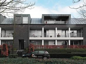 Dit dakappartement is gelegen in een rustige straat, vlak bij het centrum van Brasschaat. Het kleinschalig appartementsgebouw is gelegen aan een park.