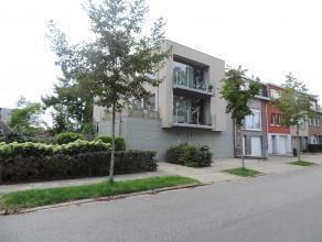 Deze leuke studio, met dubbele garage, is gelegen op het gelijkvloers van een kleinschalig appartementsgebouw dicht bij het centrum van Kontich en op