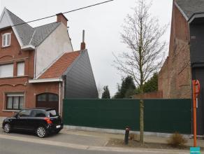 Bouwgrond te koop met een oppervlakte van 5are42 voor het oprichten van en een gesloten bebouwing met twee woonlagen en een breedte van 7meter. De won