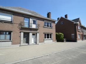 Driegevel woning op een terrein van 9 are 45 ca te koop gelegen nabij het centrum van Opwijk in een residentiële en rustige buurt . De woning bes
