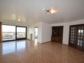 Spacieux appartement à louer à Evere au 6e étage. 100 m² avec 3 chambres (13, 11 et 8 m²). Hall d'entrée, salon