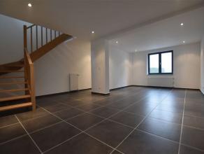 Volledig gerenoveerde woning te koop in de nabijheid van centrum Merchtem  Opwijk. De woning bestaat uit een inkomhal, ruime woonkamer met open ingeri