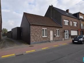 Woning met potentieel gelegen nabij het centrum van Opwijk op een terrein van 205m². De woning bestaat momenteel uit een woonkamer, ingerichte ke