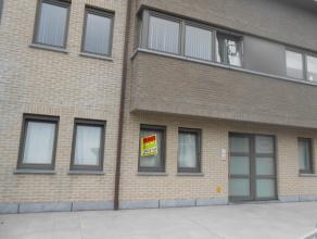 Gezellig, zeer goed gelegen en net onderhouden appartement gelegen op het gelijkvloers. De inkomhal bevindt zich op het gelijkvloers en geeft toegang