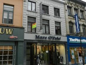 Dit appartement bevindt zich in het centrum van Aalst in een autovrije straat , vlakbij de grote markt . Op wandelafstand vindt men handelszaken, rest