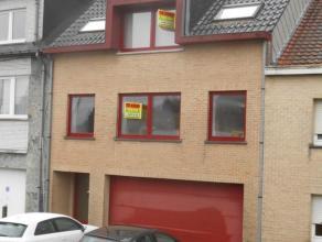 Dit uiterst goed gelegen appartement omvat : - op het gelijkvloers : een staanplaats in garage (met sectionale poort) Voor de garage buiten is er bove
