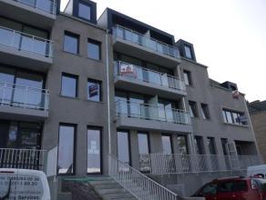 Appartement bien éclairé sis au 2ième étage dans un immeuble récent. Hall d'entrée, living (carrelages) avec