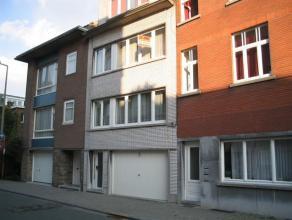 Appartement sis au 3ième étage dans un petit immeuble bien entretenu avec hall d'entrée, living, 1 chambre à coucher, cuis
