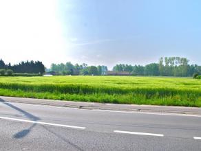 Beschrijving Uiterst gunstig gelegen bouwgrond, in de directe nabijheid van belangrijke invalswegen. De grote oppervlakte van het terrein en gunstige