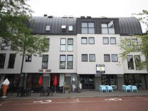 Prachtig appartement van 165 m² met 3 slaapkamers op het Sint Martinusplein van Kontich.Omvat op de 3e verdieping ( lift) : hall met toilet; Bure
