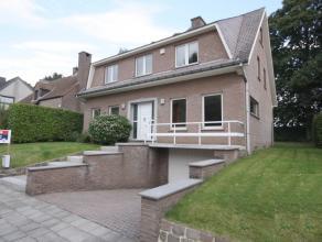 Villa spacieuse avec 6 chambres à coucher prés de la BSB (4.7km) et le centre de Tervuren (5.8km).<br /> Hall d'entrée avec toile