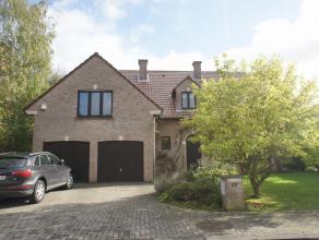villa dans quartier calme, surf hab 280m²,magnifique jardin, living avec fo, cuis compl équipée, bureau, 5 chambres, 2 sdb, double