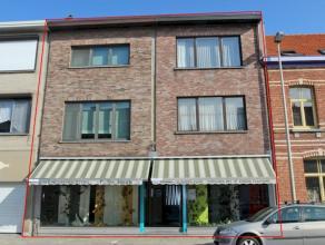 Gunstig gelegen, uiterst verzorgd opbrengsteigendom bestaande uit een winkelruimte (142m²) met tuin (130m²), een ruim duplexappartement (120