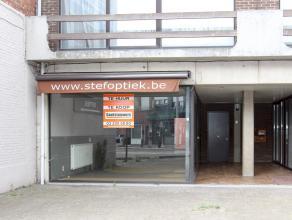 Centraal gelegen handelspand van ca 70 m² met etalageraam, achteraan apart toilet en polyvalente ruimte, achteruitgang, aparte meters. Ideale lig