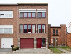 Zeer goed gelegen bel-etage woning nabij het centrum en Altena park. Deze woning heeft op het gelijkvloers een garage met erachter een wasplaats, berg