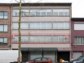 Zeer gunstig gelegen en zeer ruim appartement (160 m²) met 3 slaapkamers, ruime inkomhal met vestiaire, berging en apart toilet, ruime living (55