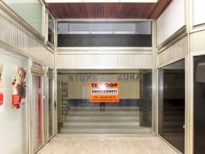 In prestigieuze straat gelegen winkelruimte (ca.30m²) met mezzanine (ca. 30m²) en grote kelder (ca. 100m²), in winkelgaanderij.