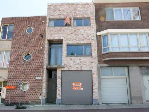 Uitzonderlijke woonst met magazijnruimte (280m²) en grote garage (60m²) en tuin. Renovatie met uitzonderlijke materialen, dient nog verder a