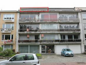 Centraal gelegen dakappartement met als indeling een inkomhal, living, keuken, badkamer, 2 slaapkamers en terras. Er is de mogelijkheid om een garageb