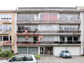 Centraal gelegen appartement met als indeling een inkomhal, living, keuken, badkamer, 3 slaapkamers, een apart toilet, vestiaire en 2 terrassen. Openb