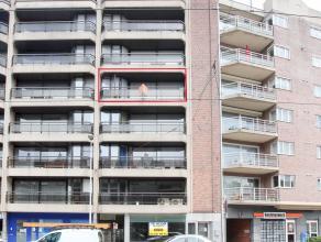 In het centrum van Deurne Noord gelegen appartement met als indeling een inkomhal met vestiaire, apart toilet, een ruime living, keuken met terras, ee