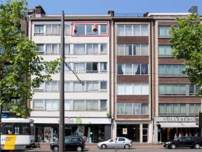 Centraal gelegen appartement in winkelstraat, bij openbaar vervoer en winkels, met mooi uitzicht op gemeenteplein. Appartement is gelegen op de 5de ve